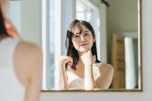 顔がベタつく原因と対処法は?顔のべたつきを抑える方法